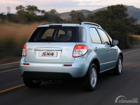 Gambar menunjukkan bagian belakang Suzuki SX4 X-Over 2007 berwarna silver