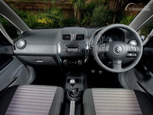 Gambar menunjukkan tampilan setir dan dasbor Suzuki SX4 X-Over 2007