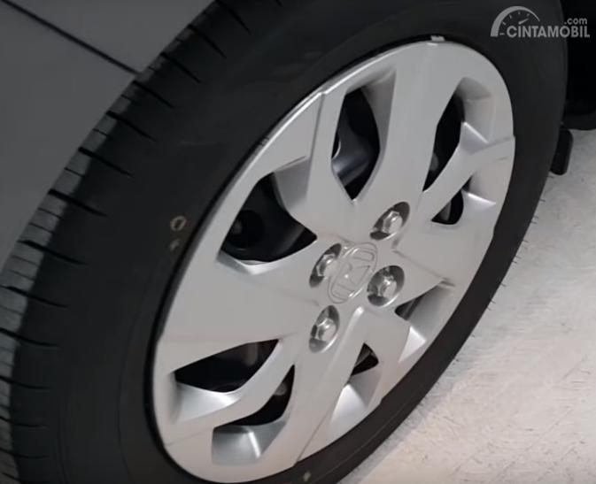 Gambar menunjukkan Tampak Ban dan pelek All New Honda Brio Satya S M/T 2019