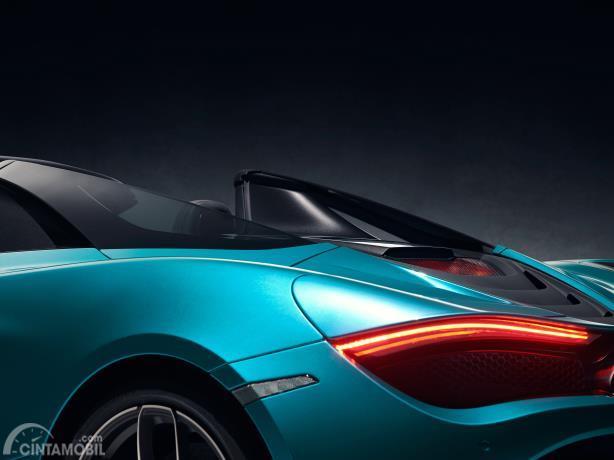Gambar menunjukkan desain Bagian belakang mobil McLaren 720s Spider 2019 berwarna biru
