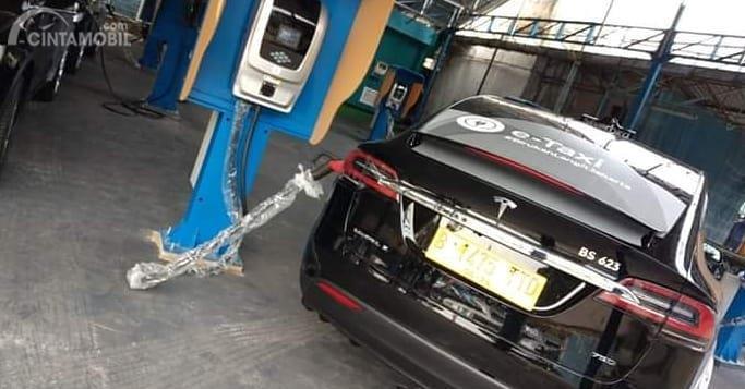 Dari foto yang beredar terlihat Tesla milik Silver Bird sedan di charge