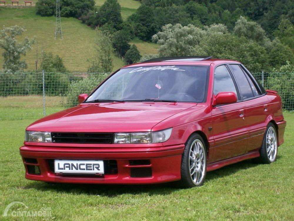 Mitsubishi Lancer berwarna merah idola para penggemar otomotif 1990-an