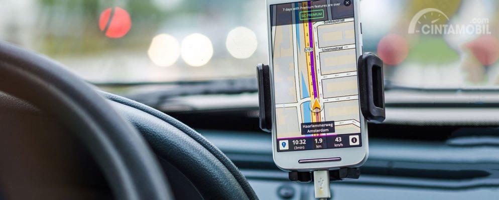 Perangkat Handphone GPS dapat mempermudah Anda untuk berkendara lebih fokus