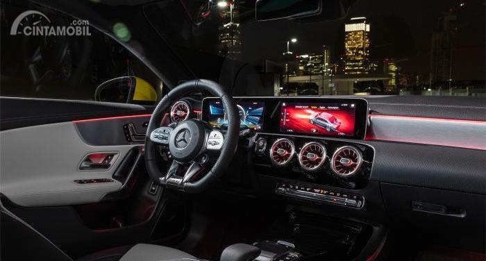 dasbor Mercedes-AMG CLA 35 2019 berwarna hitam