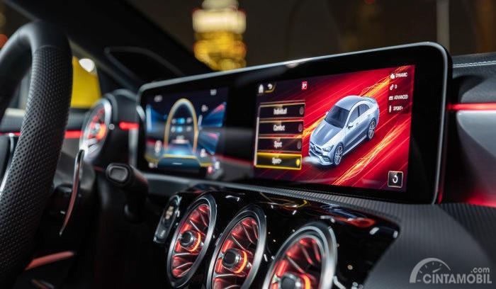 fitur Mercedes-AMG CLA 35 2019 dengan layar berwarna merah