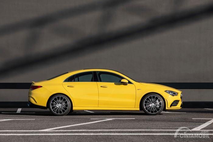 tampilan samping Mercedes-AMG CLA 35 2019 berwarna kuning