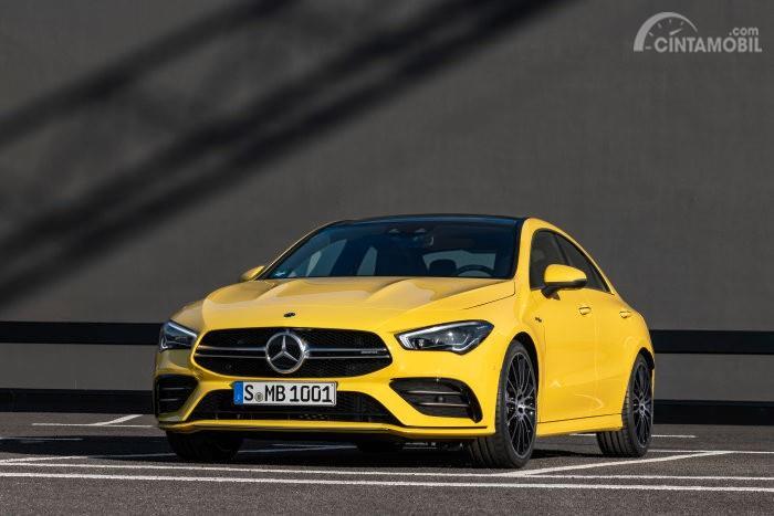 tampilan depan Mercedes-AMG CLA 35 2019 berwarna kuning