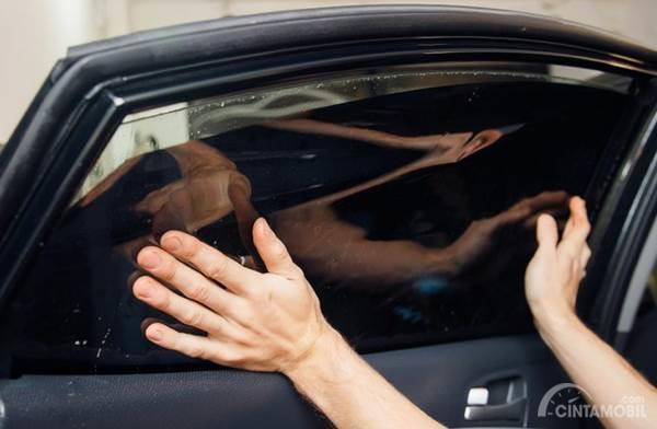 Pasang kaca film mobil