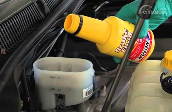 Mengganti minyak rem mobil