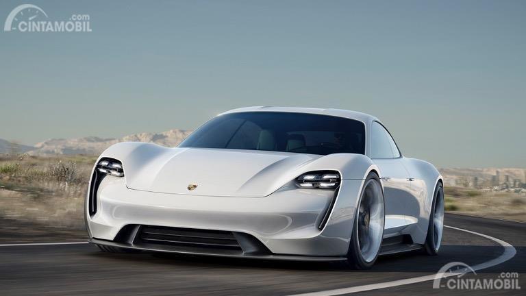 Tampak Porsche Taycan berwarna putih