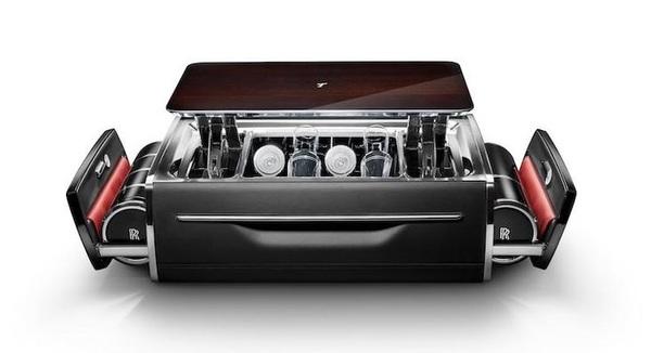 Foto lemari champagne Rolls-Royce tampak depan