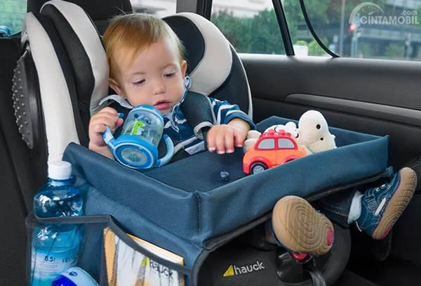 Anak bermain di car seat