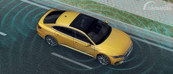 Fitur Area View Volkswagen Arteon 2019 mampu mempermudah proses parkir kendaraan Anda