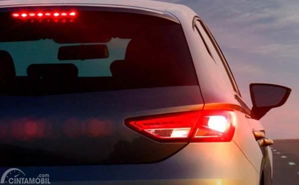 Lampu stop belakang mobil