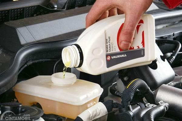 Isi ulang minyak rem