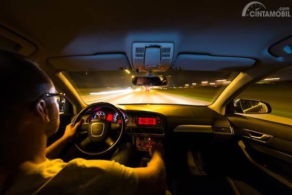 interior mobil saat berkendara malam hari