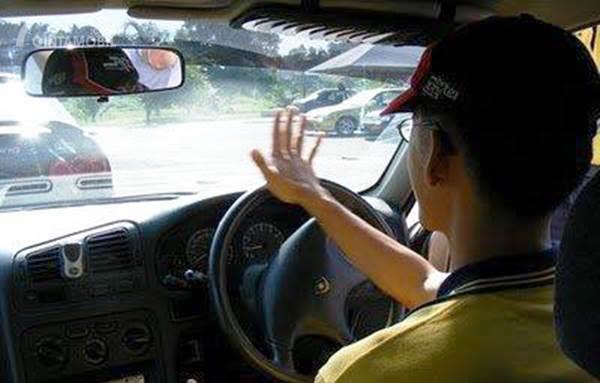 Pengendara silau dengan lampu mobil