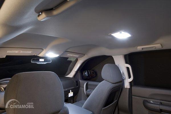 Ini Alasan Lampu Kabin Mobil Harus Mati Saat Berkendara Malam Hari