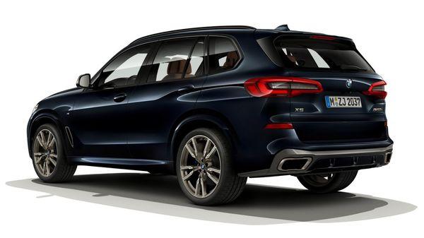 Foto BMW X5 M50i tampak dari belakang