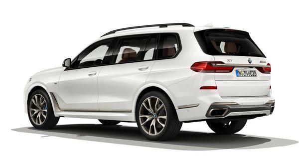 Foto BMW X7 M50i tampak dari belakang