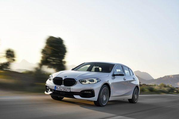 Foto sebuah mobil All New BMW 118i Sport Line F40 2020 terlihat dari samping depan