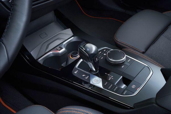 Desain kolom perseneling pada All New BMW 118i Sport Line F40 2020