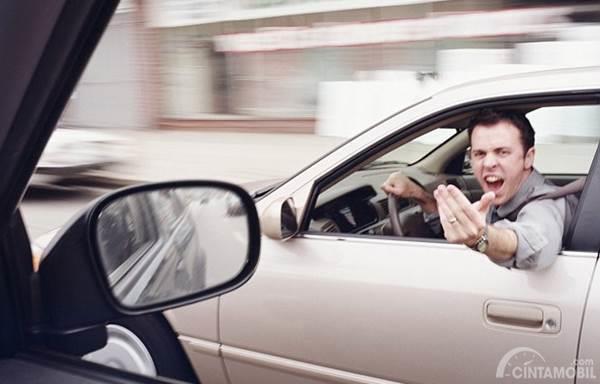 Pengemudi arogan di jalan