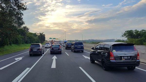 Foto padatnya kondisi jalan tol