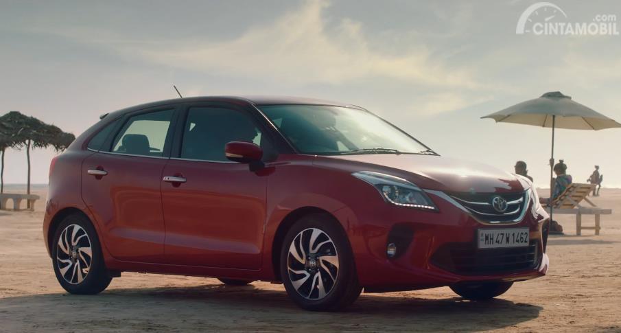mobil baru Toyota Glanza 2019 berwarna merah di pantai
