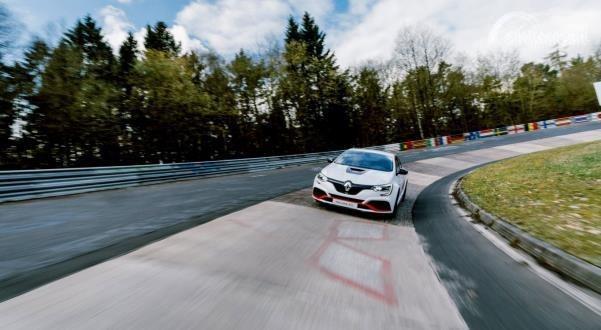Gambar menujukkan sebuah Mobil Renault Megane R.S Trophy-R 2019 berwarna putih in Action