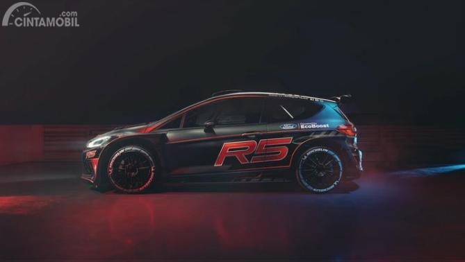 Gambar sebuah mobil All New Ford Fiesta R5 2019 berwarna hitam dilihat dari sisi samping