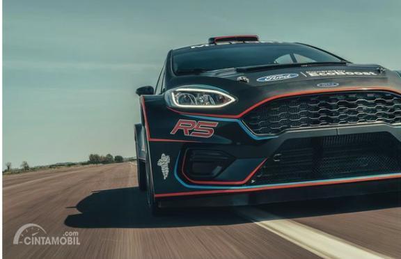 Gambar sebuah mobil All New Ford Fiesta R5 2019 berwarna hitam dilihat dari sisi depan