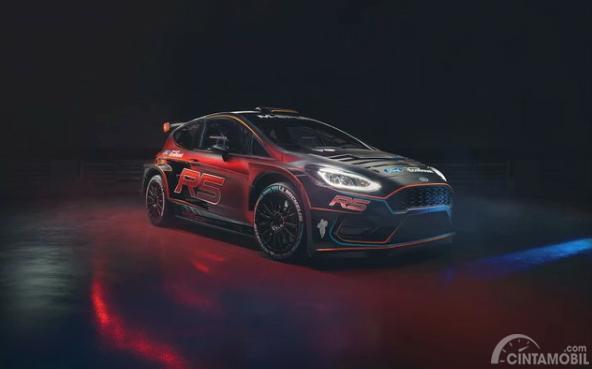 Gambar sebuah Mobil All New Ford Fiesta R5 2019 berwarna-warni dilihat dari sisi depan