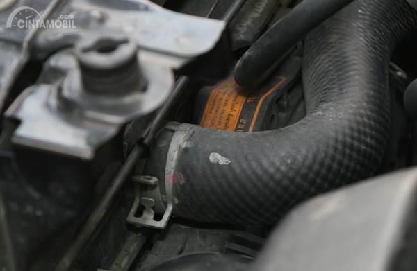 Oli atau air bocor di ruang mesin