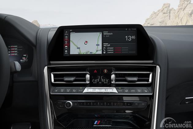 Gambar menunjukkan Tampilan layar setup BMW M8 Competition Coupe 2020