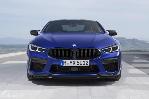 Tampilan depan BMW M8 Competition 2020 berwarna biru tua