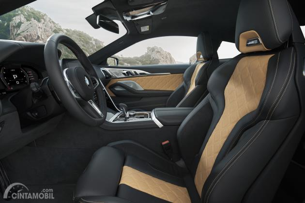 Desain kursi depan BMW M8 Competition Coupe 2020 dengan kombinasi warna cream dan hitam