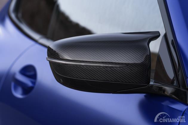 Desain kaca spion BMW M8 Competition Coupe 2020 berwarna biru tua