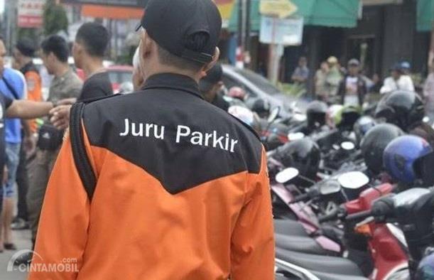Juru Parkir resmi umumnya selalu menggunakan seragam dengan atribut Dishub setempat