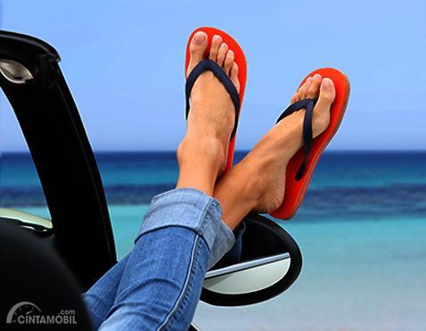 Ketahui, Ini Perlunya Menyiapkan Sandal Jepit di Dalam Mobil