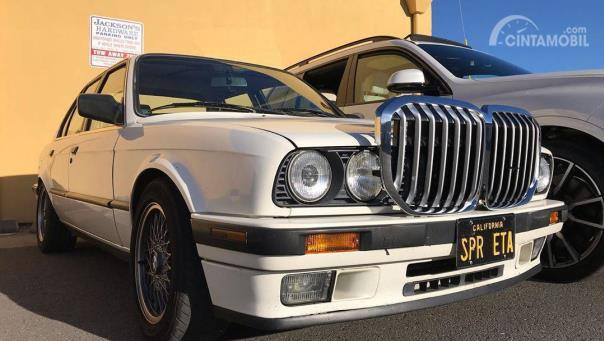 BMW E30 warna putih dengan kidney grille BMW X7