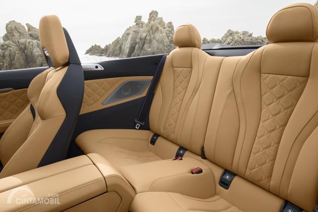 Tampilan kursi belakang BMW M8 Competition Cabriolet