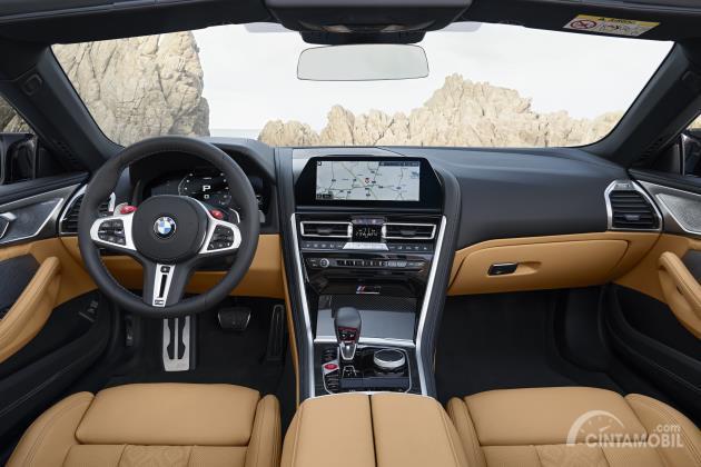 Gambar interior mobil BMW M8 Competition Cabriolet 2020 dengan jok berwarna cream