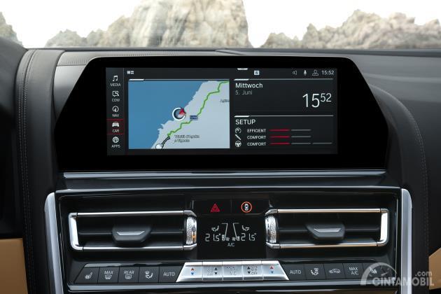 Gambar menunjukkan Sistem hiburan pada mobil BMW M8 Competition Cabriolet 2020