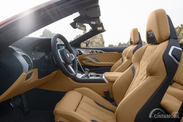 Kursi depan BMW M8 Competition Cabriolet 2020 yang dibalut dengan merino leather warna krem