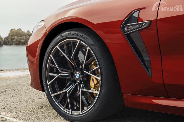 Desain depan dan pelek dari mobil BMW M8 Competition Cabriolet 2020