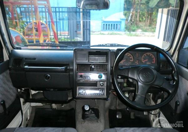 Dashboard Suzuki Katana 1993 hanya dilengkapi dengan fitur standar