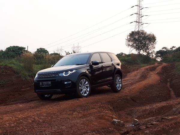 Foto ilustrasi Land Rover Discovery Sport sedang lakukan off-road
