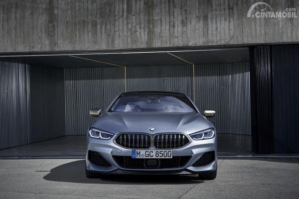 Gambar sebuah mobil BMW M850i xDrive Gran Coupe 2019 berwarna abu-abu dilihat dari sisi depan