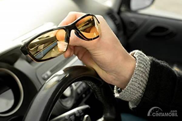 Tips Memilih Sunglasses Buat Dipakai Nyetir Siang Hari
